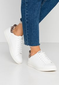 ONLY SHOES - ONLSHILO ANIMAL - Sneakers laag - white/beige - 0