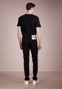 McQ Alexander McQueen - STRUMMER  - Jeans Skinny Fit - darkest black - 2