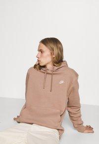 Nike Sportswear - CLUB HOODIE - Felpa - desert dust - 3