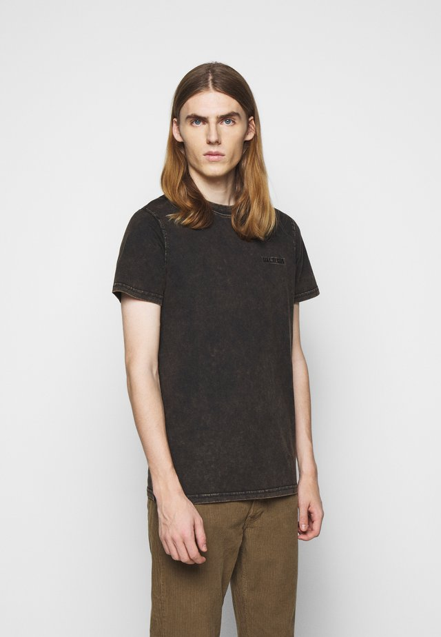 CASUAL TEE - Triko s potiskem - brown acid