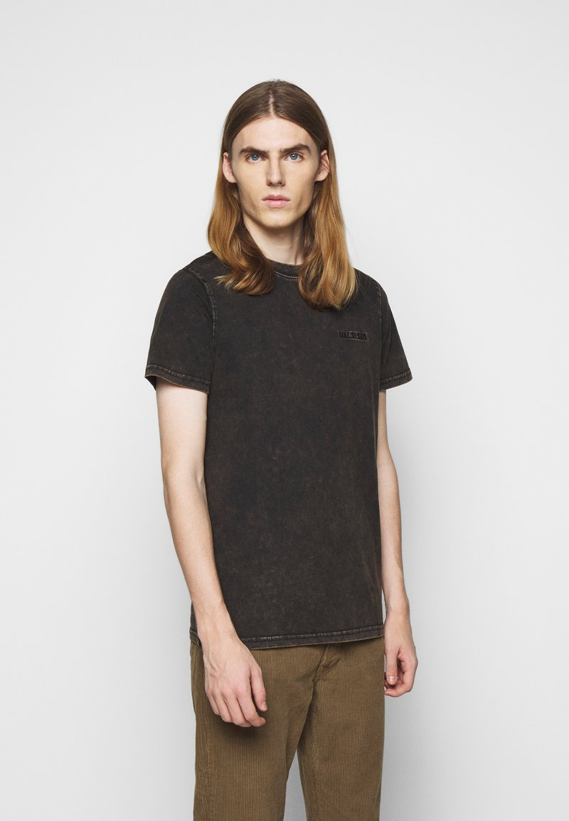 Han Kjøbenhavn - CASUAL TEE - Print T-shirt - brown acid