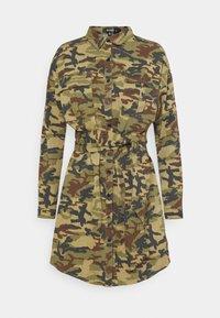 Missguided - CAMO PRINT TIE WAIST DRESS - Shirt dress - khaki - 0