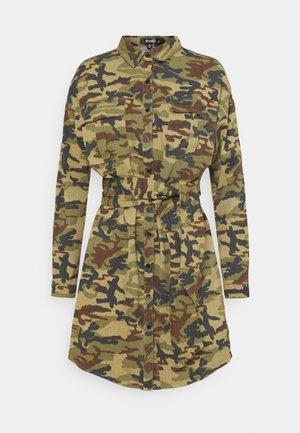 CAMO PRINT TIE WAIST DRESS - Skjortekjole - khaki