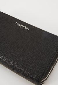 Calvin Klein - SIDED DOUBLE ZIPAROUND WALLET - Wallet - black - 2