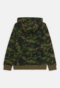 Nike Sportswear - CRAYON CAMO HOODIE - Hættetrøjer - medium olive/camelia - 1