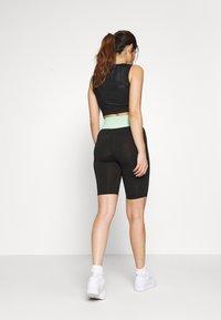 ONLY PLAY Petite - ONPMANON TRAINING - Shorts - black/green ash/white iridesce - 2