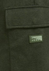 Jack & Jones - AIR CARGO - Shorts - deep lichen green - 6