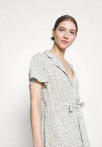 Nly by Nelly - EVERYDAY DRESS - Shirt dress - green floral - 3