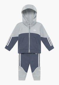 adidas Originals - OUTLINE HOOD SET - Tracksuit - light grey - 0