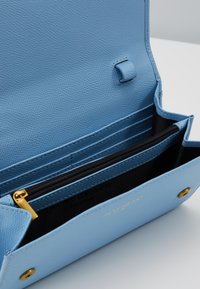 Kurt Geiger London - KENSINGTON CHAIN WALLET - Peněženka - blue - 5