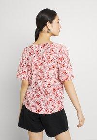 JDY - JDYGAIA PUFF  - Camiseta estampada - cloud dancer/mars red - 2