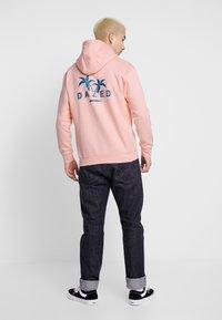 Common Kollectiv - UNISEX BACK PRINTED SLOGAN DREAM HOODIE - Bluza z kapturem - pink - 2