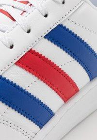 adidas Originals - TEAM COURT - Sneakers basse - footwear white/royal blue/scarlet - 5