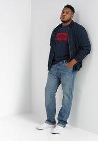 Levi's® Plus - BIG GRAPHIC TEE - T-shirt imprimé - dress blues - 1