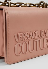 Versace Jeans Couture - CROSS BODY FLAP CHAINMACROLOGO - Across body bag - cipria - 3