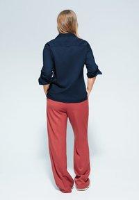 Violeta by Mango - BAUMWOLLHEMD MIT KNÖPFEN - Button-down blouse - dunkles marineblau - 2