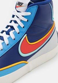 Nike Sportswear - BLAZER MID '77 INFINITE - Høye joggesko - deep royal blue/chile red/copa/university gold/sail/black - 7