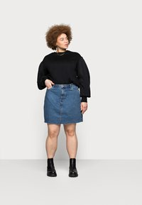 Vero Moda Curve - VMMIKKY RAW SKIRT MIX - Mini skirt - medium blue denim - 1
