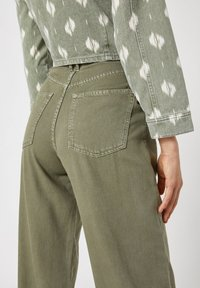 PULL&BEAR - Flared Jeans - green - 4