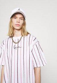 Karl Kani - SMALL SIGNATURE PINSTRIPE TEE - T-shirt med print - white - 4