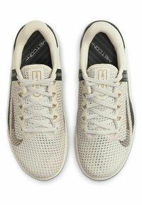Nike Performance - METCON 6 - Sports shoes - light orewood brown/dark smoke grey/metallic gold - 1