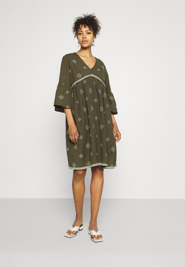 YASFRILANKA DRESS FEST - Korte jurk - olive night/desert sage