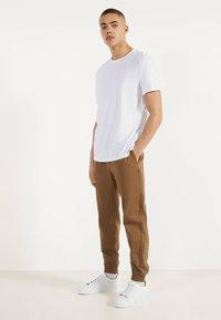 Bershka - MIT RUNDAUSSCHNITT - Basic T-shirt - white - 1