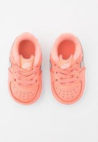 Nike Sportswear - FORCE 1 CRIB  - První boty - atomic pink/metallic dark grey/white - 3