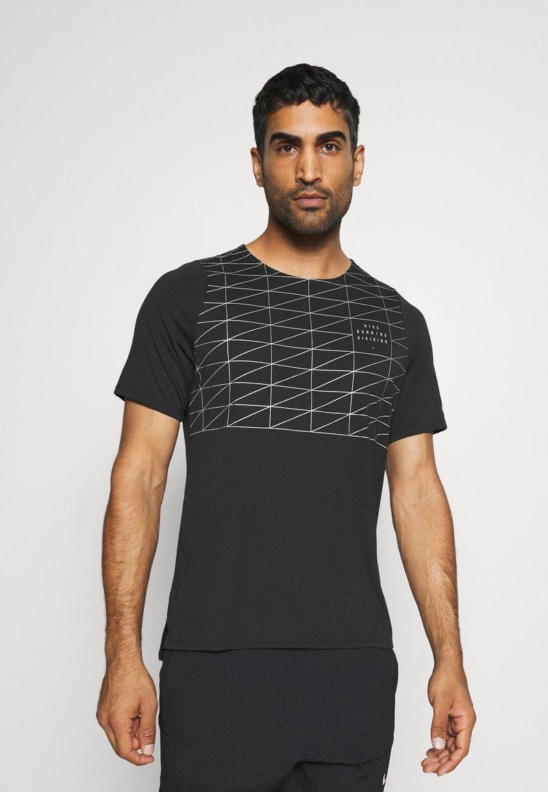 Nike Performance - RUN DIVISION RISE 365 - Print T-shirt - black/reflective silver