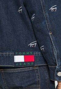 Tommy Jeans - OVERSIZE TRUCKER JACKET UNISEX - Giacca di jeans - dark blue - 7