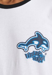 Vintage Supply - ORCA SCUBA RINGER TEE - Printtipaita - white - 6