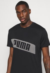 Puma - TRAIN GRAPHIC SHORT SLEEVE TEE - Print T-shirt - black/white - 4
