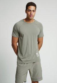 Hummel - HMLJARVAN  - T-shirt med print - vetiver - 0