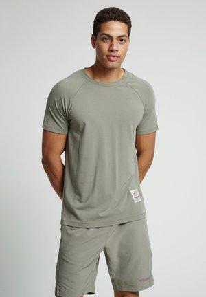 HMLJARVAN  - T-shirt med print - vetiver
