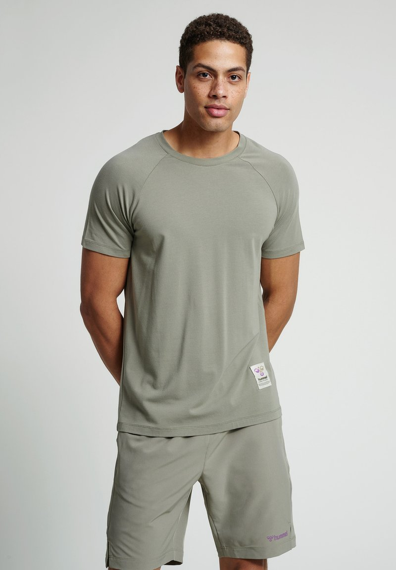 Hummel - HMLJARVAN  - T-shirt med print - vetiver