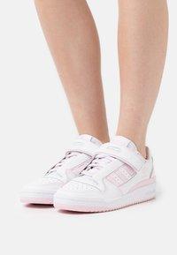 adidas Originals - FORUM PLUS - Sneakers - footwear white/clear pink - 0