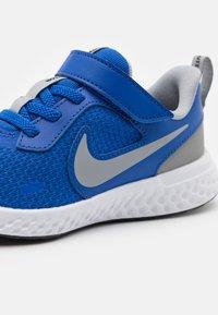 Nike Performance - REVOLUTION 5 UNISEX - Neutrální běžecké boty - game royal/light smoke grey/white - 5