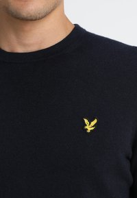 Lyle & Scott - Crew Neck Jumper - Stickad tröja - dark navy - 4