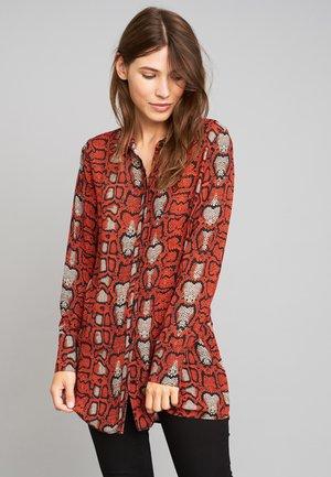 MIT SCHLANGENMUSTER - Button-down blouse - red