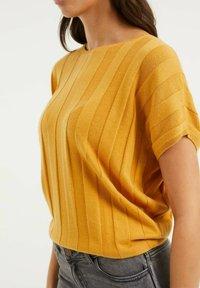 WE Fashion - MET VLEERMUISMOUWEN - Print T-shirt - ochre yellow - 3