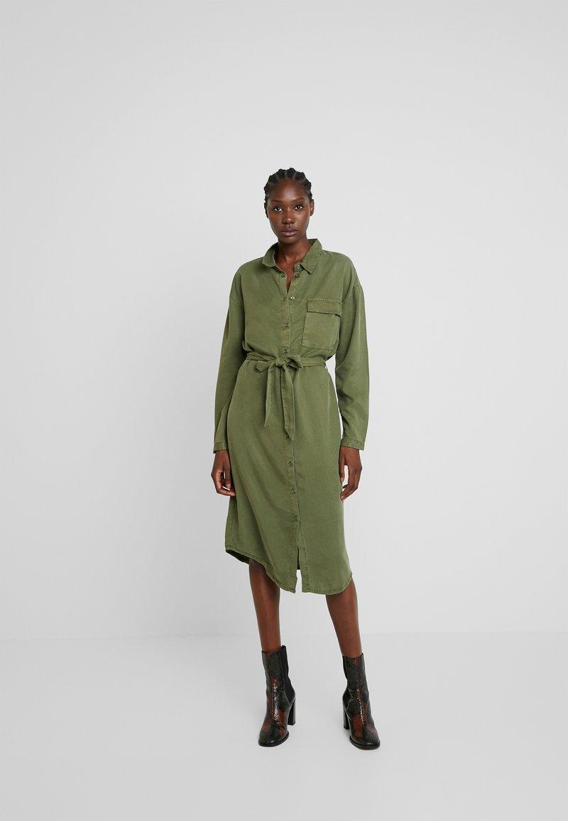 Moss Copenhagen - ROSANNA DRESS - Blusenkleid - lichen green