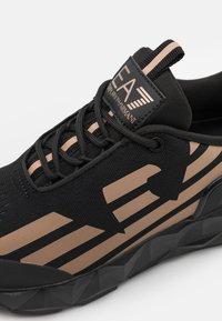 EA7 Emporio Armani - UNISEX - Sneakers basse - black/bronze - 5