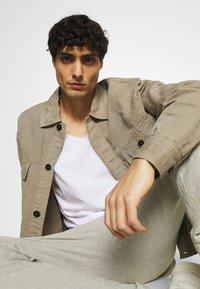 Selected Homme - SLHWYATT O NECK TEE  - T-shirt - bas - bright white - 5