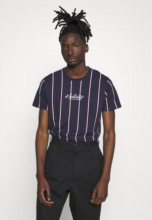 TECH LOGO STRIPES - Camiseta estampada - navy