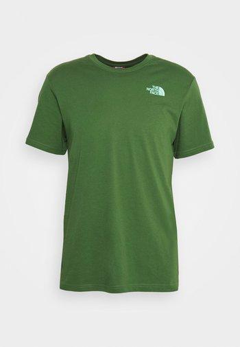 REDBOX CELEBRATION TEE - Print T-shirt - conifer green/surf green