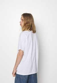 Levi's® - PRIDE LIBERATION ROADTRIP TEE UNISEX - Print T-shirt - white - 2
