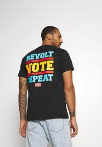 Obey Clothing - REVOLT VOTE REPEAT - Printtipaita - black - 2