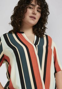 MY TRUE ME TOM TAILOR - BLOUSE WITH SLANTED PLACKET - Print T-shirt - multicolor sahara - 3