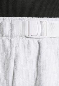 Nike Sportswear - Shorts - white/black - 5