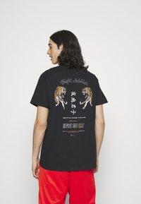 Night Addict - TIGER - Print T-shirt - black - 0